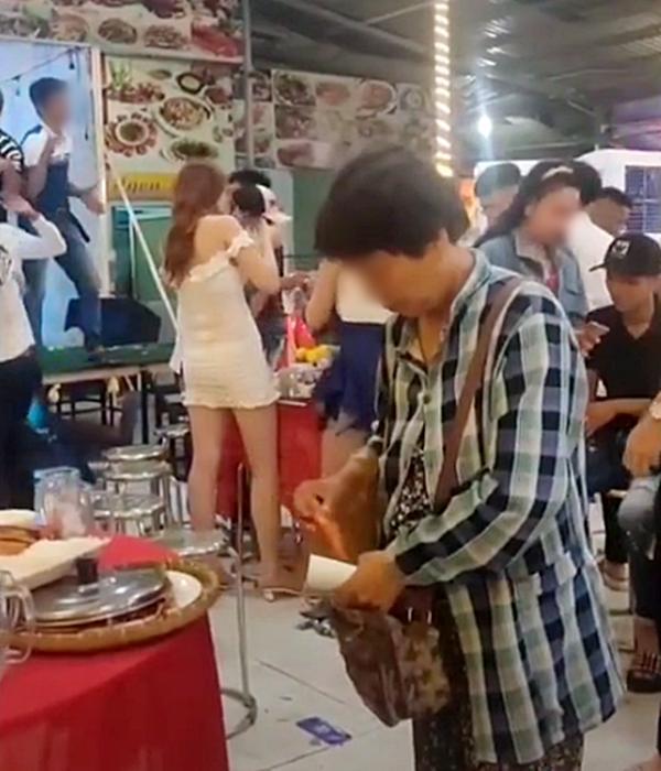 Hình ảnh xúc động nhất đêm Trung thu: Người mẹ nghèo bán vé số đi ngang bữa tiệc, thấy đĩa tôm thừa chỉ xin một ít mang về cho con 1