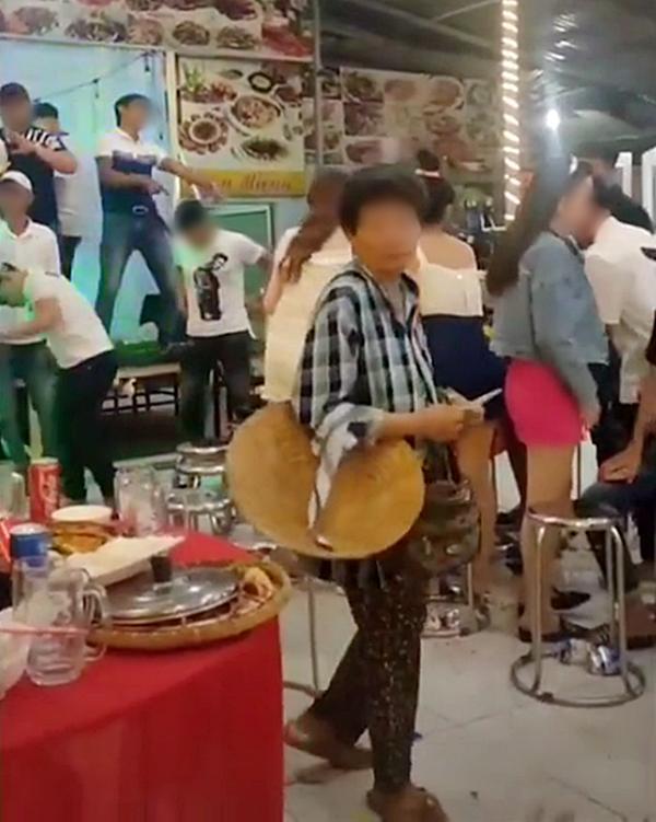 Hình ảnh xúc động nhất đêm Trung thu: Người mẹ nghèo bán vé số đi ngang bữa tiệc, thấy đĩa tôm thừa chỉ xin một ít mang về cho con 0