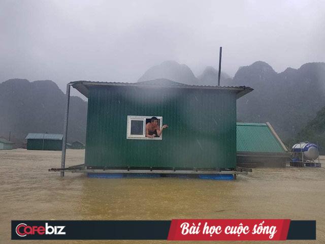 Nhà phao Tân Hóa (Quảng Bình) nổi lên trên nước lũ. Ảnh chụp 10h sáng ngày 18/10/2020. Nguồn: Fanpage Nhà Chống Lũ.