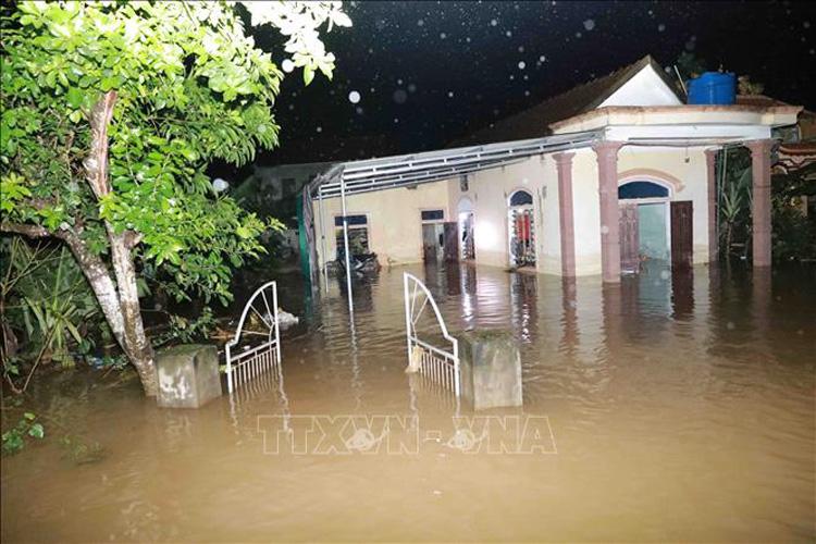 Thôn Ngũ Phúc, xã Cẩm Vinh, huyện Cẩm Xuyên (Hà Tĩnh) tiếp tục cô lập vì lũ lụt. Ảnh: Vũ Sinh - TTXVN