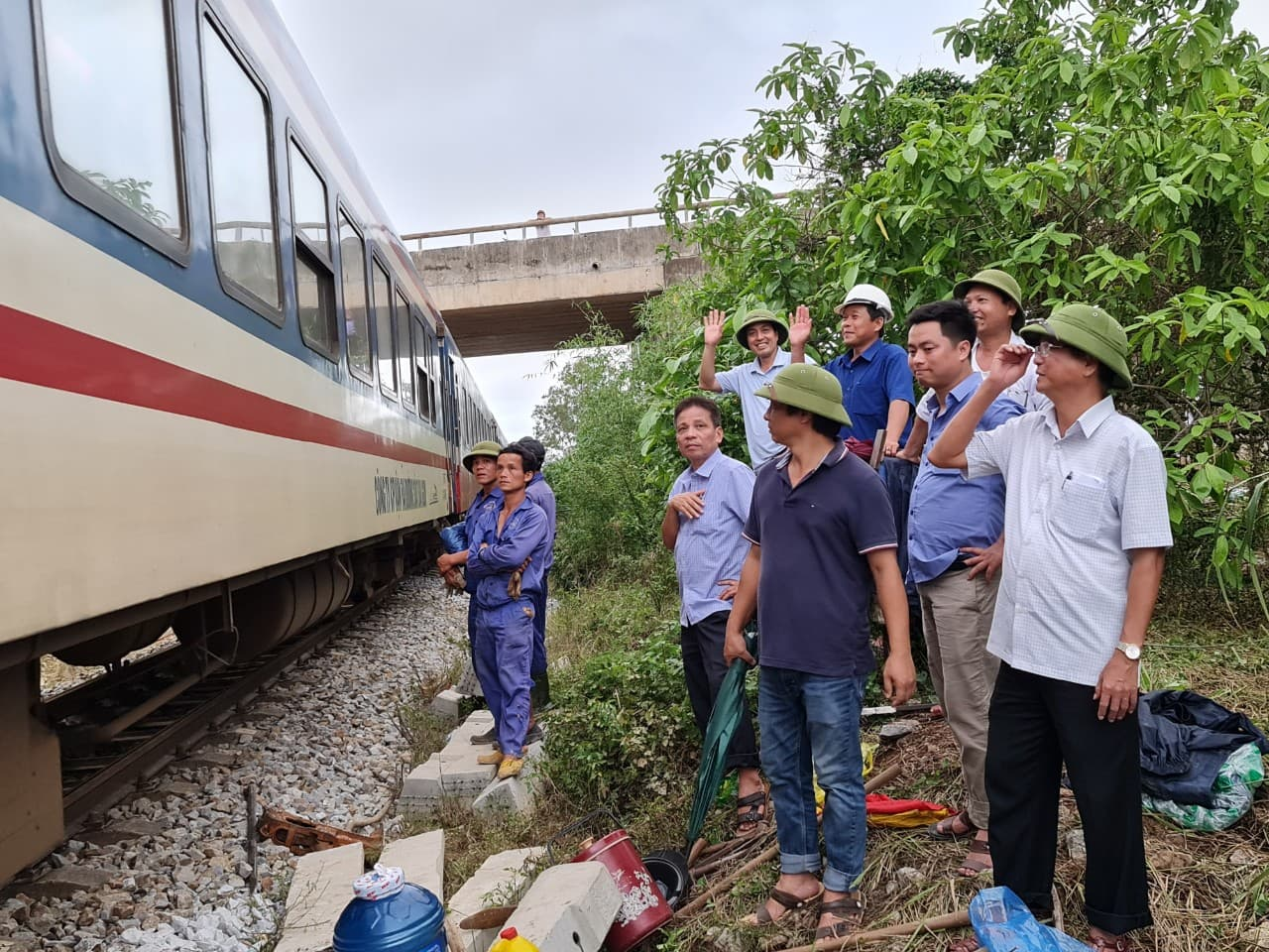 Đường sắt Bắc-Nam thông tuyến, sẵn sàng vận chuyển miễn phí hàng cứu trợ đến miền Trung.