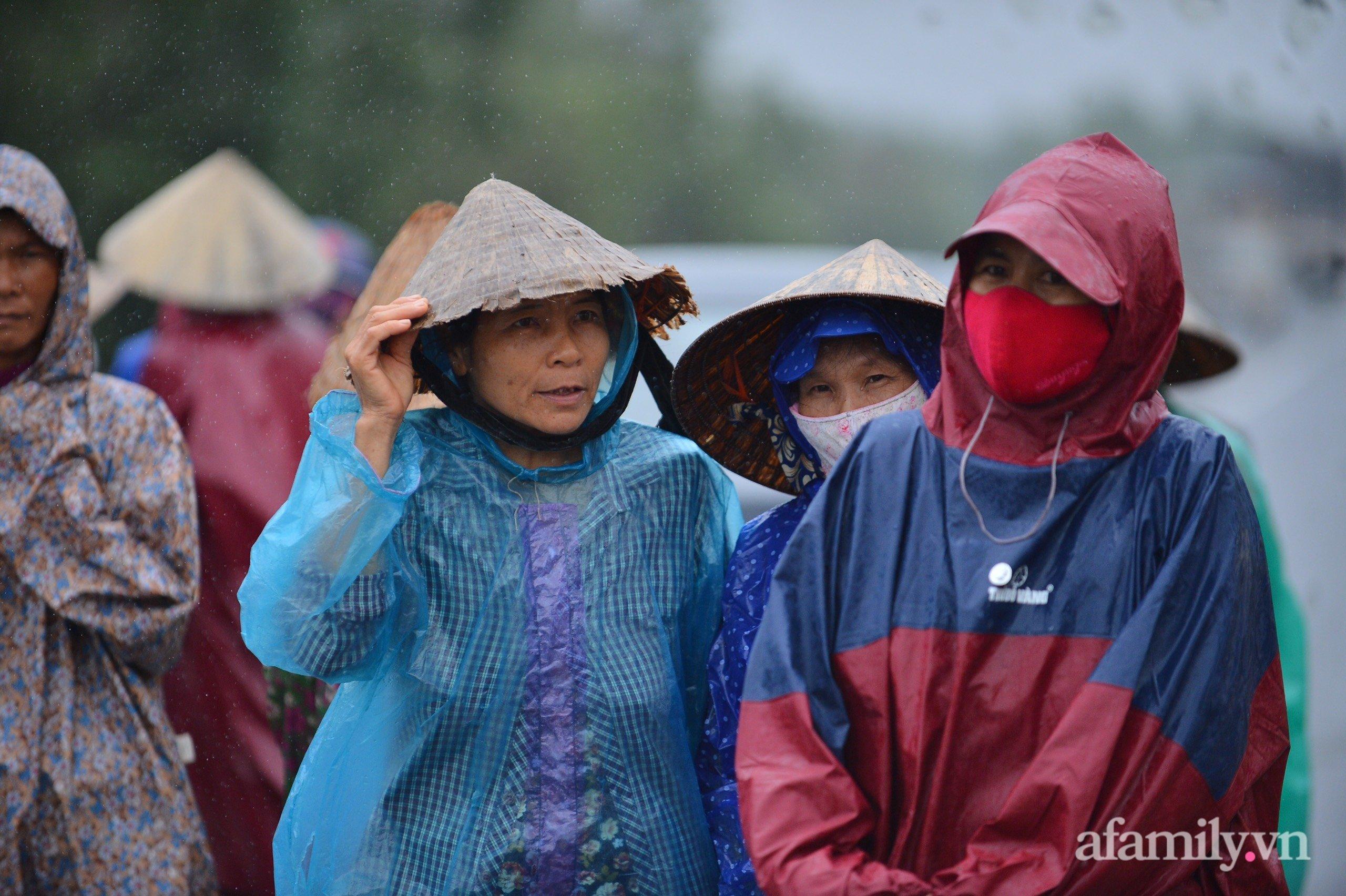 Quảng Bình: Nhà ngập sâu trong trận lũ lịch sử, người lớn, trẻ nhỏ đội mưa vượt hơn 1km băng đồi cát ra quốc lộ xin cứu trợ 4