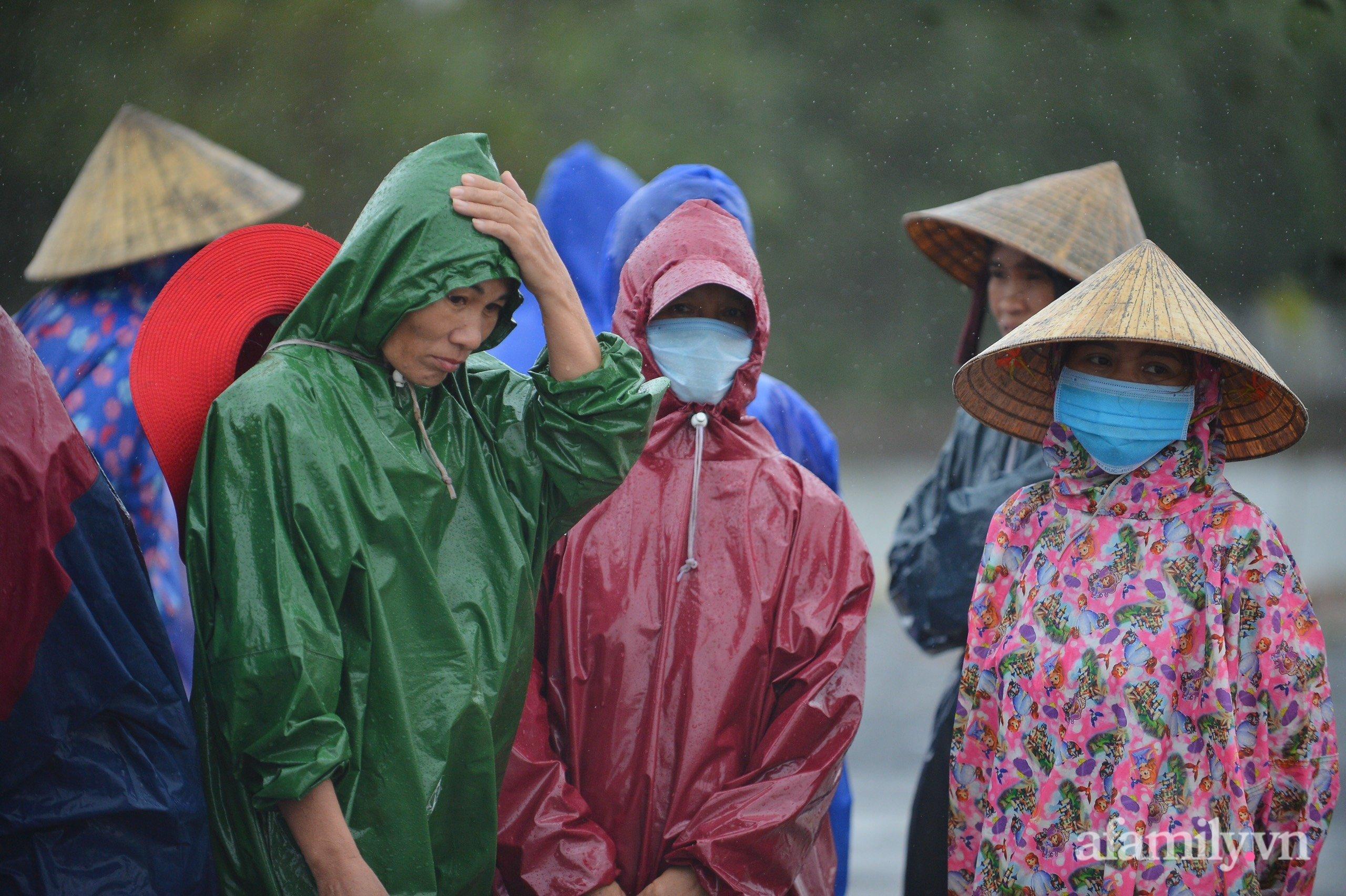 Quảng Bình: Nhà ngập sâu trong trận lũ lịch sử, người lớn, trẻ nhỏ đội mưa vượt hơn 1km băng đồi cát ra quốc lộ xin cứu trợ 5