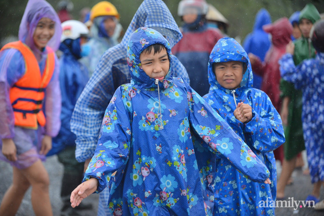 Quảng Bình: Nhà ngập sâu trong trận lũ lịch sử, người lớn, trẻ nhỏ đội mưa vượt hơn 1km băng đồi cát ra quốc lộ xin cứu trợ 7