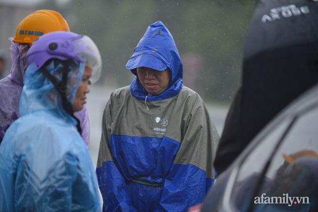 Quảng Bình: Nhà ngập sâu trong trận lũ lịch sử, người lớn, trẻ nhỏ đội mưa vượt hơn 1km băng đồi cát ra quốc lộ xin cứu trợ 8