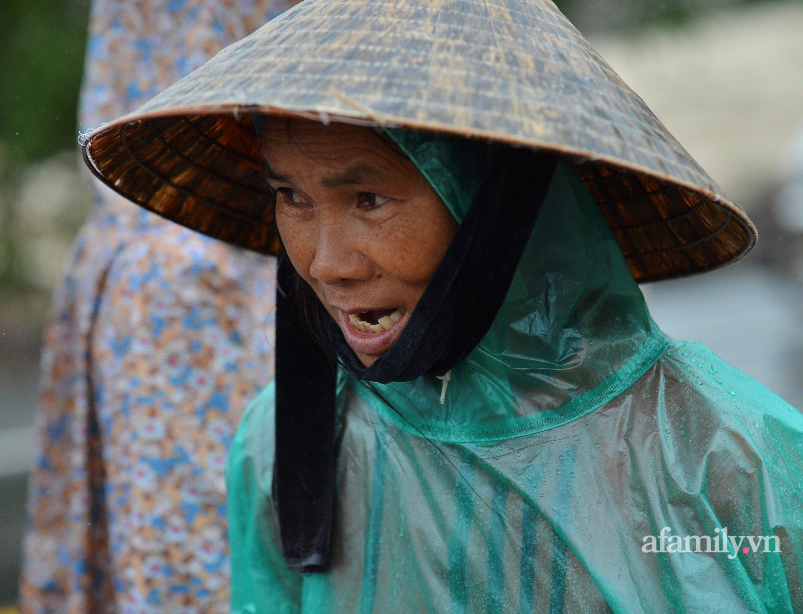 Quảng Bình: Nhà ngập sâu trong trận lũ lịch sử, người lớn, trẻ nhỏ đội mưa vượt hơn 1km băng đồi cát ra quốc lộ xin cứu trợ 10