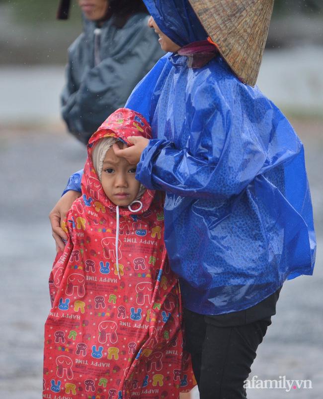 Xã Thanh Thủy (huyện Lệ Thủy), 3 ngày nay nước ngập sâu, chị Nguyễn Thị Thuận cùng con trai 7 tuổi phải ra đường quốc lộ xin đồ cứu trợ.
