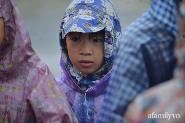 Quảng Bình: Nhà ngập sâu trong trận lũ lịch sử, người lớn, trẻ nhỏ đội mưa vượt hơn 1km băng đồi cát ra quốc lộ xin cứu trợ 12