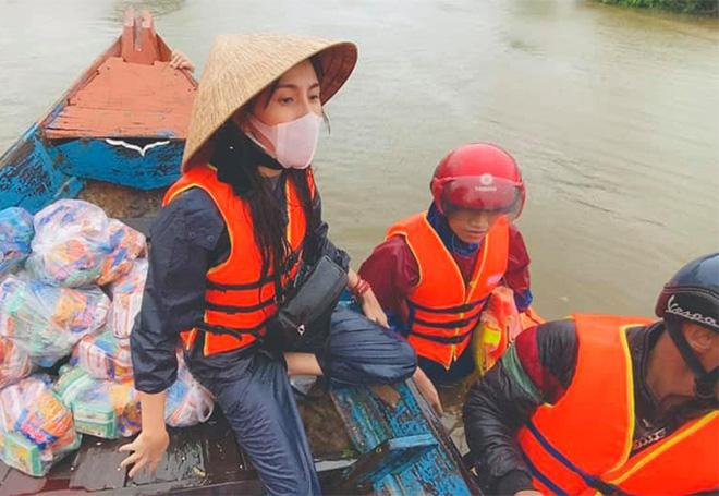 Hình ảnh Thủy Tiên khi đi làm từ thiện.