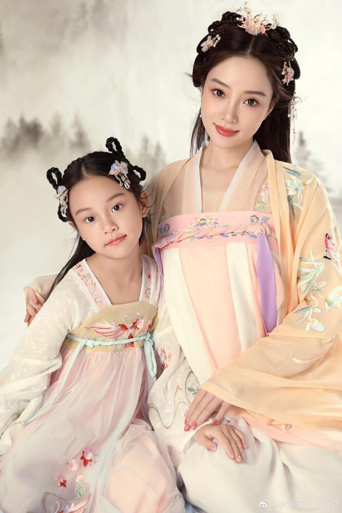 Lý Tiểu Lộ chụp ảnh 'cổ trang' cùng Điềm Hinh nhân dịp cô bé tròn 8 tuổi