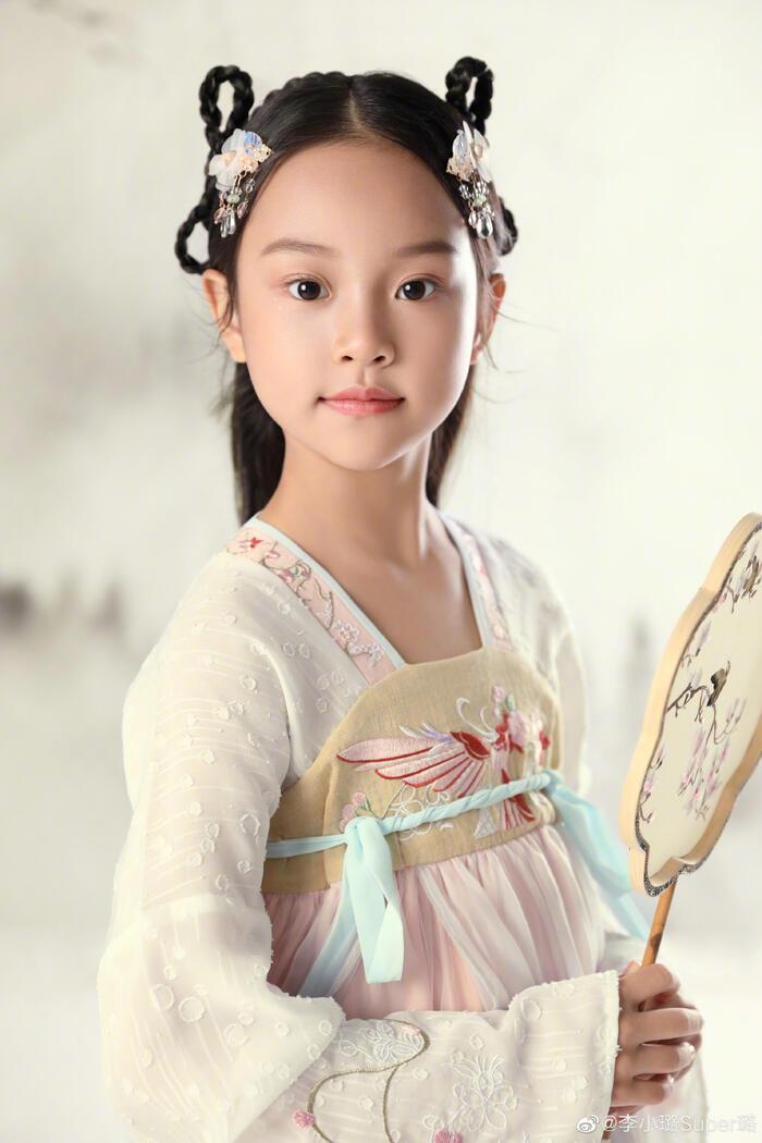 Sau khi đăng tải, cô bé Điềm Hinh đã lập tức gây sốt cộng đồng mạng với vẻ ngoài xinh xắn của mình