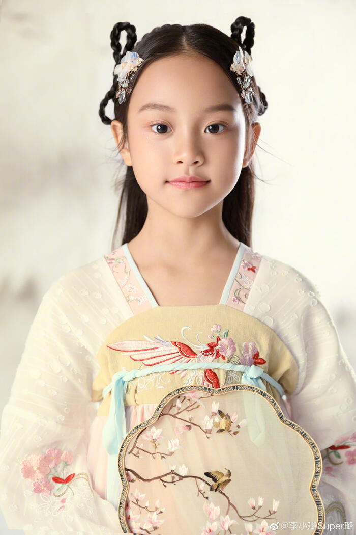 Có thể thấy, dù mới lên 8 tuổi nhưng con gái của Lý Tiểu Lộ và Giả Nãi Lượng trông lớn phổng phao và vô cùng xinh đẹp