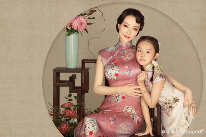 Trong bộ ảnh lần này Điềm Hinh còn cùng mẹ diện trang phục sườn xám