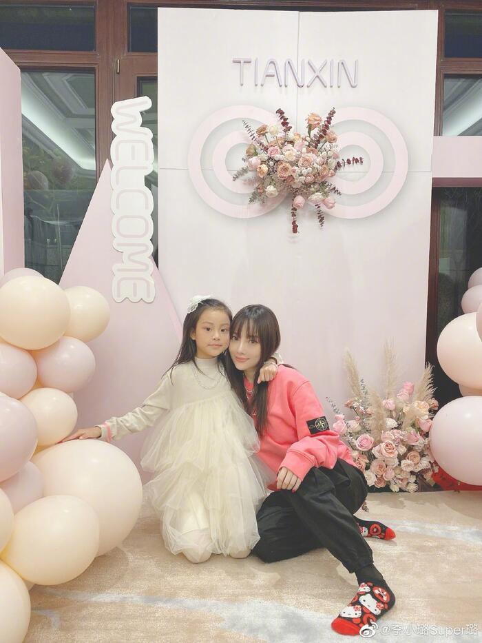 Lý Tiểu Lộ tổ chức tiệc sinh nhật ấm cúng cho con gái