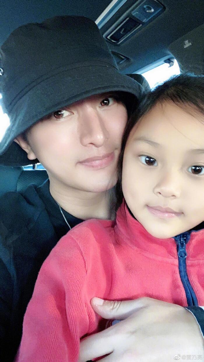 Trên trang cá nhân của mình, Giả Nãi Lượng cũng đã chia sẻ hình ảnh chụp chung với bé Điềm Hinh và gửi lời chúc mừng sinh nhật đến con gái cưng.