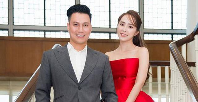 Trong lần xuất hiện bên cạnh Quỳnh Nga trước đó, gương mặt Việt Anh đã mềm mại hơn