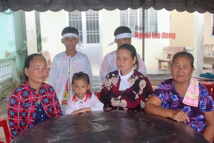 Bà Hol và 3 con nhỏ cùng mẹ ruột và mẹ chồng