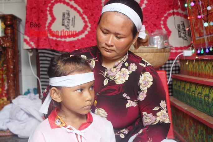Bà Hol nhiều năm qua bị bệnh tim nên chỉ ở nhà làm công việc nội trợ