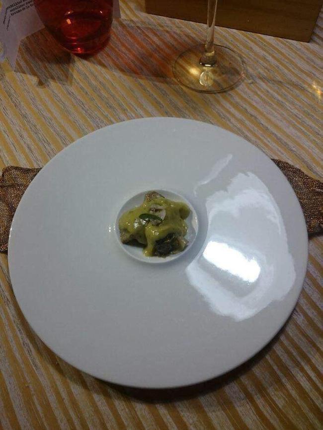 Loạt đồ ăn khi 'lên mâm' của các nhà hàng siêu trí tuệ khiến dân mạng cười ngất vì độ vô lý có '1-0-2' 1