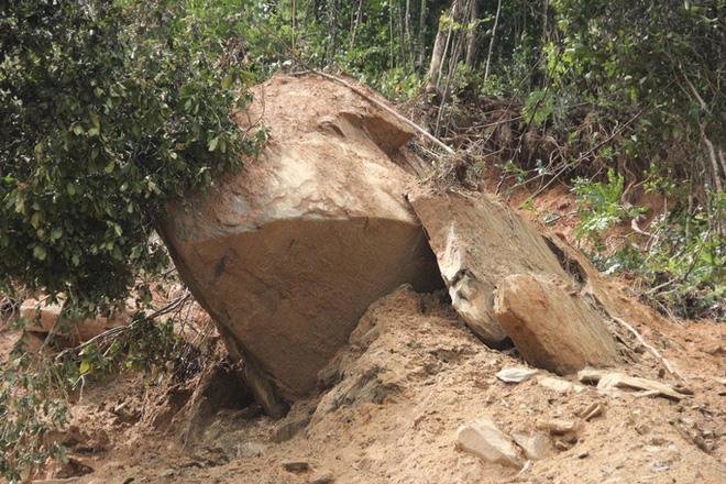 Khối đá này ước tích nặng trên 30 tấn, xuất hiện sau sự cố sạt trượt vừa qua