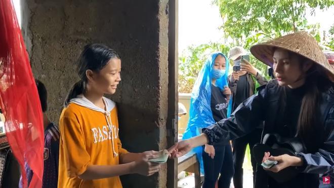 Thương xót người phụ nữ sinh bệnh vì mất con, Thủy Tiên tặng 10 triệu dù bị ngăn cản 3