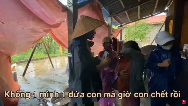 Thương xót người phụ nữ sinh bệnh vì mất con, Thủy Tiên tặng 10 triệu dù bị ngăn cản 2