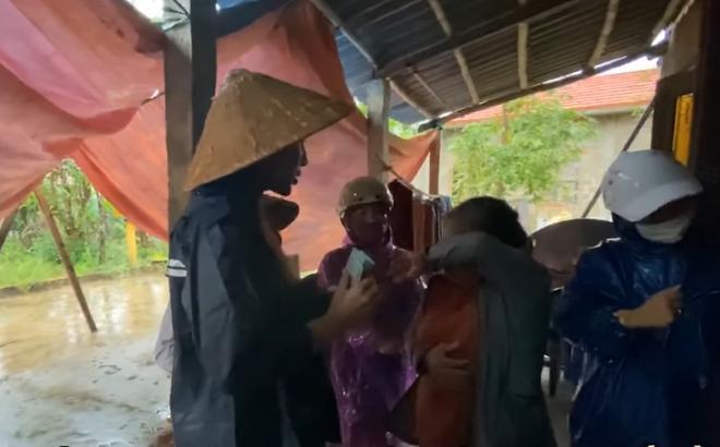 Thương xót người phụ nữ sinh bệnh vì mất con, Thủy Tiên tặng 10 triệu dù bị ngăn cản 0
