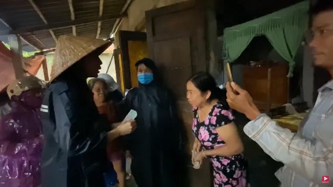 Thương xót người phụ nữ sinh bệnh vì mất con, Thủy Tiên tặng 10 triệu dù bị ngăn cản 1