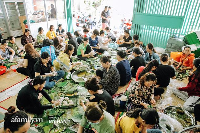 Trước đó nhiều người dân Cần Thơ cùng nhau gói bánh gửi miền Trung.