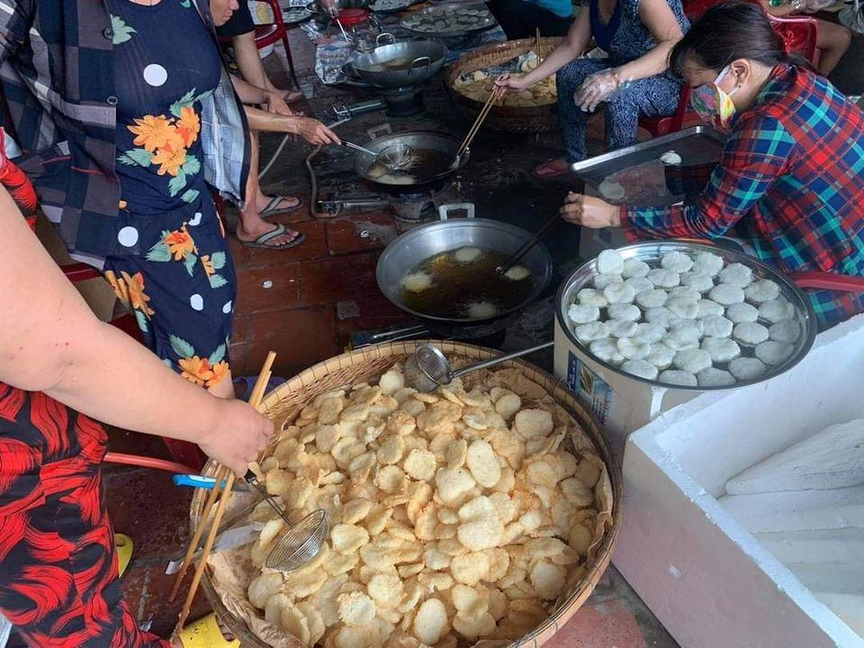 Người dân Lai Vung chiên cơm cháy số lượng lớn gửi miền Trung. Ảnh: Gia Bảo.