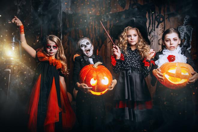 Nguồn gốc Halloween và những phong tục bị lãng quên: Soi gương lúc nửa đêm để thấy mặt chồng tương lai 9