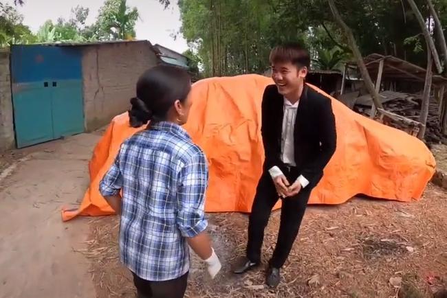 Bà Tân Vlog 'choáng' khi con trai mua xe 4 tỷ, biểu cảm bối rối không biết tháo dây an toàn của bà khiến cộng đồng mạng thích thú 0