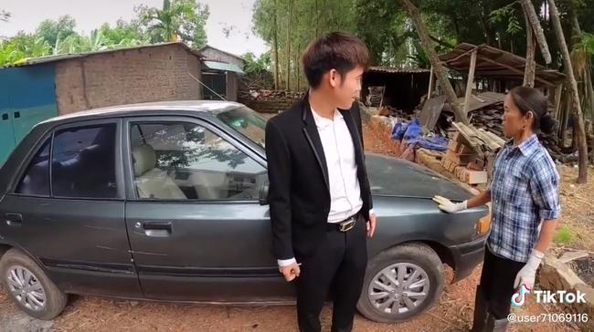 Bà Tân Vlog 'choáng' khi con trai mua xe 4 tỷ, biểu cảm bối rối không biết tháo dây an toàn của bà khiến cộng đồng mạng thích thú 2