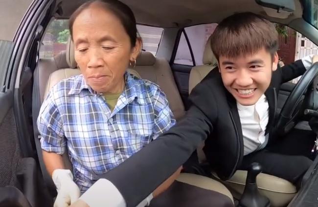 Bà Tân Vlog 'choáng' khi con trai mua xe 4 tỷ, biểu cảm bối rối không biết tháo dây an toàn của bà khiến cộng đồng mạng thích thú 5