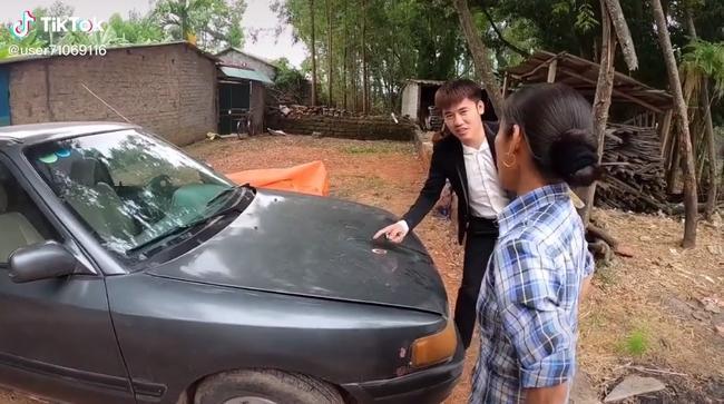 Bà Tân Vlog 'choáng' khi con trai mua xe 4 tỷ, biểu cảm bối rối không biết tháo dây an toàn của bà khiến cộng đồng mạng thích thú 3