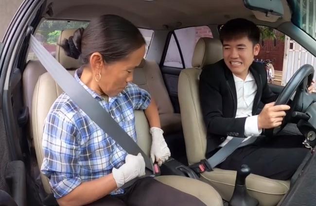 Bà Tân Vlog 'choáng' khi con trai mua xe 4 tỷ, biểu cảm bối rối không biết tháo dây an toàn của bà khiến cộng đồng mạng thích thú 4