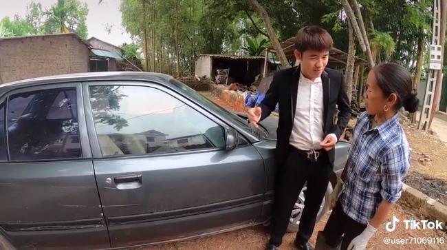 Bà Tân Vlog 'choáng' khi con trai mua xe 4 tỷ, biểu cảm bối rối không biết tháo dây an toàn của bà khiến cộng đồng mạng thích thú 7