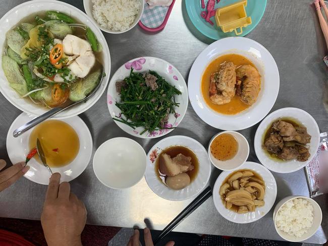 Bữa cơm khá bình dân của một hàng cơm tại quận 1 (TP HCM) có giá 613.000 đồng.