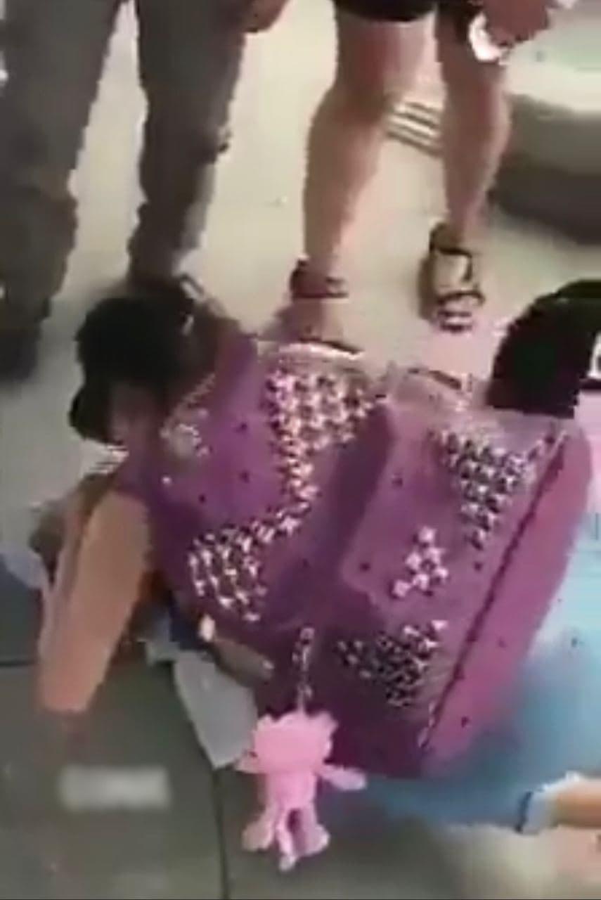 Cư dân mạng xôn xao cảm phục cô gái trẻ quăng balo, vứt cả điện thoại để cứu cụ ông bị đau tim ở sân bay 2
