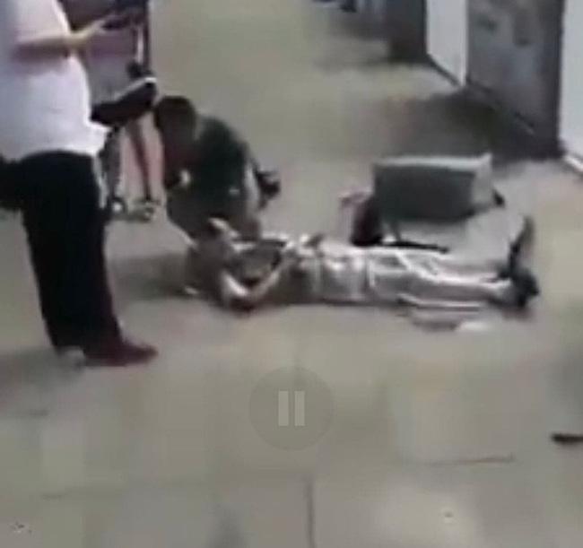 Cư dân mạng xôn xao cảm phục cô gái trẻ quăng balo, vứt cả điện thoại để cứu cụ ông bị đau tim ở sân bay 0