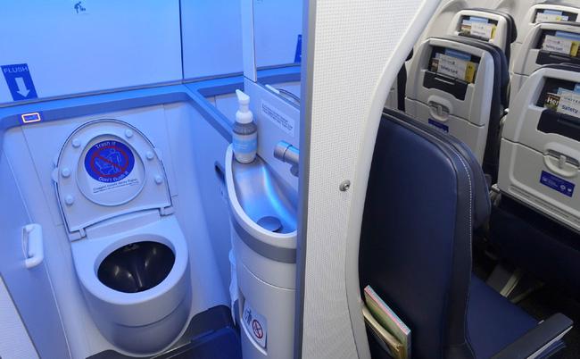 Tiếp viên hàng không tiết lộ 'thời điểm vàng' để đi vệ sinh trên máy bay khiến ai nấy ngã ngửa, hóa ra chẳng phải 'cứ buồn là xả' 2