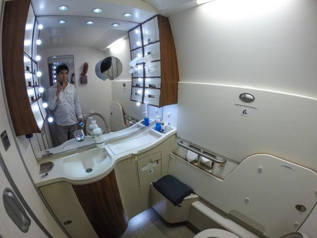 Tiếp viên hàng không cũng có quyền mời một khách hàng rời nhà vệ sinh của máy bay nếu mùi quá khó chịu.