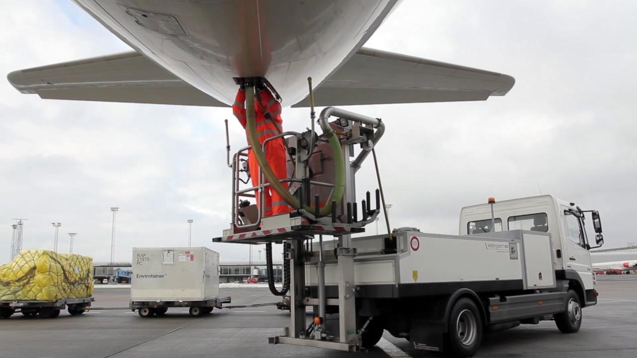 Nhiệm vụ khó nhằn của các nhân viên vệ sinh máy bay.