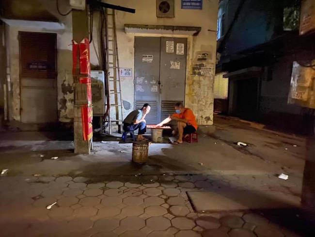 Hài hước chuyện hai người đàn ông ngồi đánh cờ trong căng thẳng suốt 12 tiếng đồng hồ khiến người đi đường tá hỏa 0