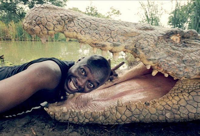 Đưa đầu vào miệng cá sấu cười toe toét, anh chàng khiến người xem bủn rủn tay chân và loạt ảnh selfie 'thách thức Tử thần' 0