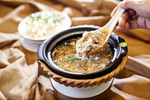 Súp vi cá mập là món ăn bổ dưỡng và đắt đỏ của giới nhà giúp Trung Quốc.