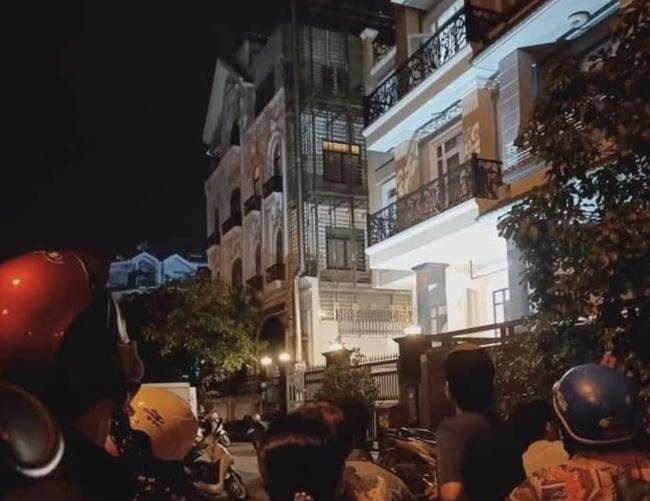 Người dân tập trung bên ngoài ngôi nhà 4 tầng phát hiện thi thể. (Ảnh: NDCC)