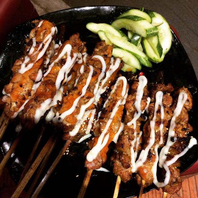 Thịt xiên nướng H.Đ nổi tiếng không chỉ với hội ở Chùa Láng mà còn vượt 'biên giới' sang các phố, các quận khác, được nhiều người nghe danh. (Ảnh minh họa)