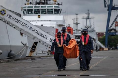 Nhân viên tìm kiếm và cứu hộ mang theo một chiếc túi chứa mảnh vỡ từ chuyến bay của hãng Sriwijaya Air tại cảng ở Jakarta, Indonesia - Ảnh:The New York Times