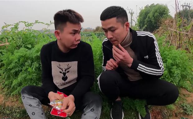 2 thanh niên này tên Nguyên và Hùng, thường xuyên có mặt tại nhà bà Tân để ăn trực.